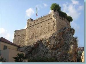 il castello costruito sopra la pietra che ha dato il nome a Pietra Ligure