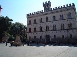 la facciata del celebre palazzo di giustizia di Chiavari